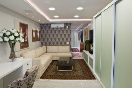 tapete centralizado no sofa de canto