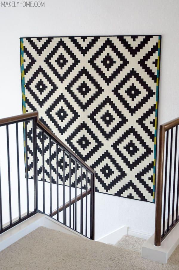 tapetecaria pendurada na parede escada