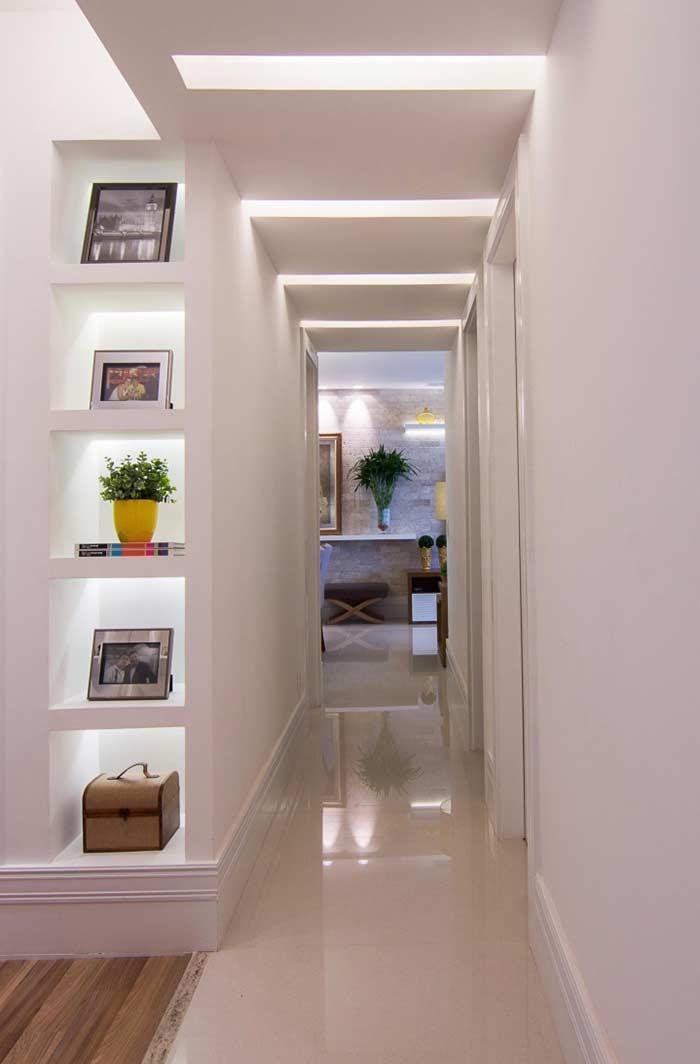 Rasgos de luz no gesso do corredor e nichos de gesso
