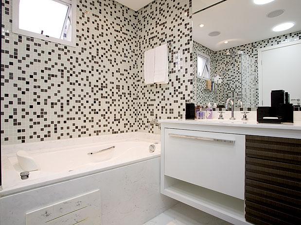 03 banheiro com banheira simples decorado