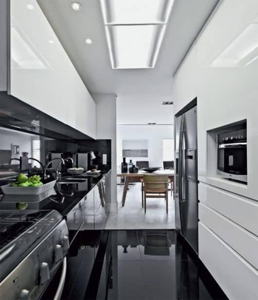 04 cozinha pequena branca e preto