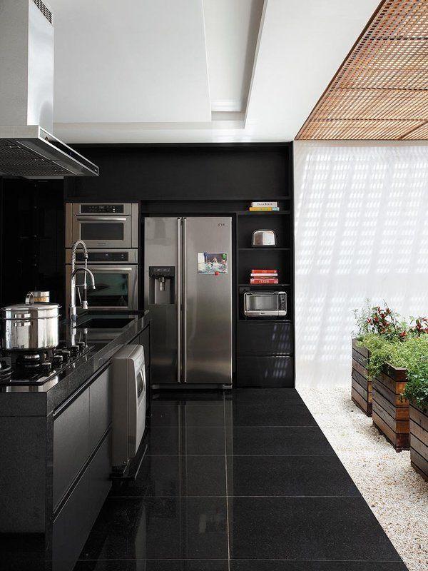 06 cozinha preta com piso de granito