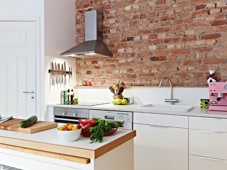 08 cozinha branca com tijolo de demolica