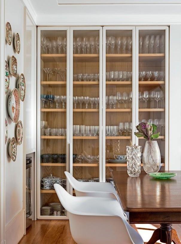10 cristaleira embutida madeira e branco com vidro