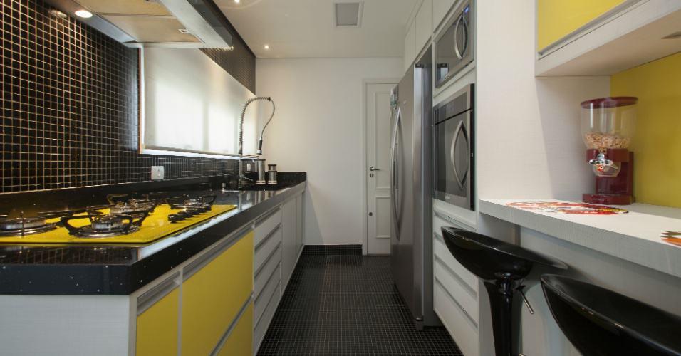 16 cozinha com piso e parede de pastiha preta