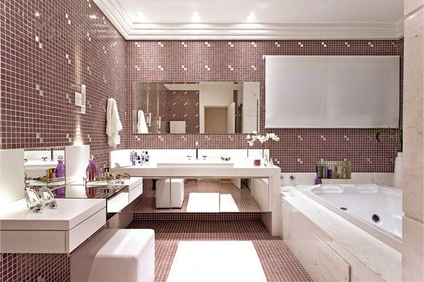 19 banheiro com penteadeira e banheira com pastilhas