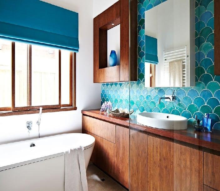 21 banheiro pequeno amadeirado com banheira