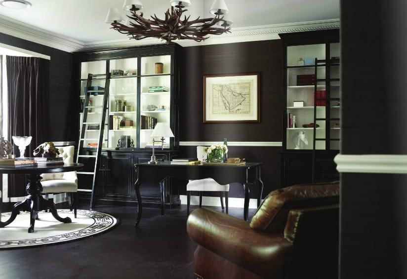 22 escritorio com piso preto de madeira