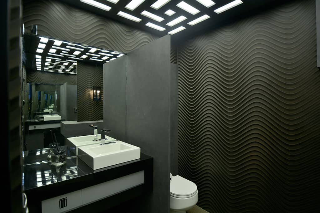 Banheiro com material preto nas paredes