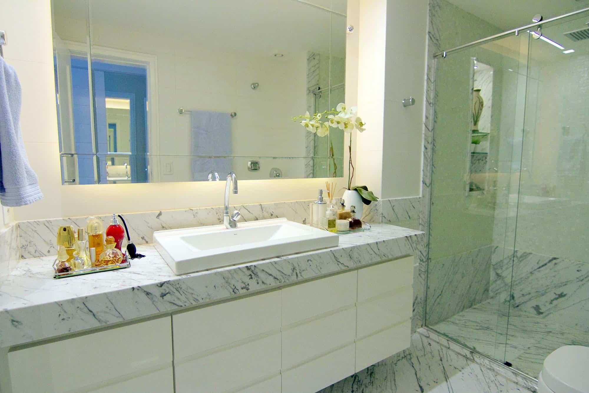 banheiro com marmore calacatta branco
