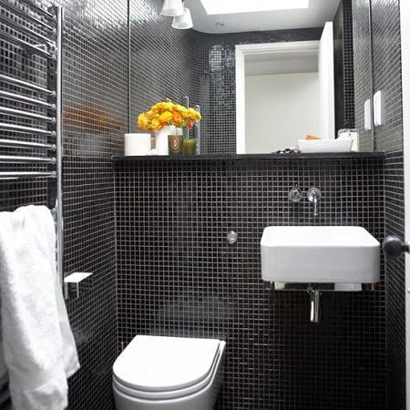 banheiro pequeno com pastilha preta