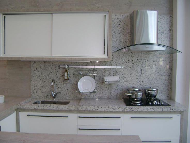cozinha com granito branco polar na pia
