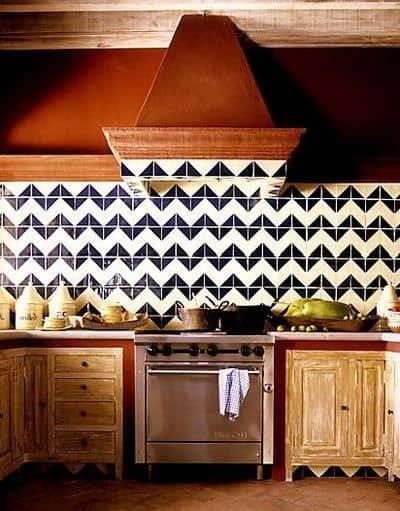 cozinha com revestmento preto e branco na parede