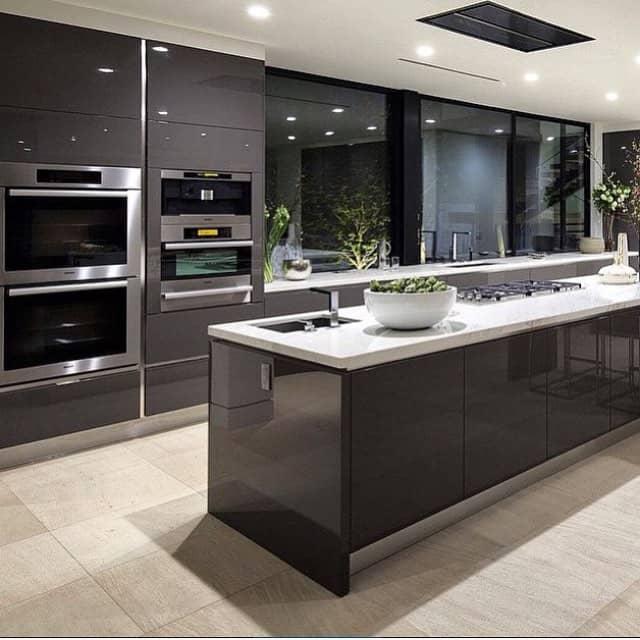 cozinha grafite com tampo pedra branca