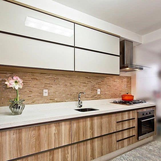 cozinha moveis de madeira e pedra branca