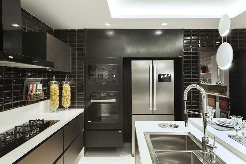 cozinha preto e branca moderna com revesitmento pastilha