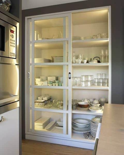 Cristaleira embutida com portas de correr na cozinha