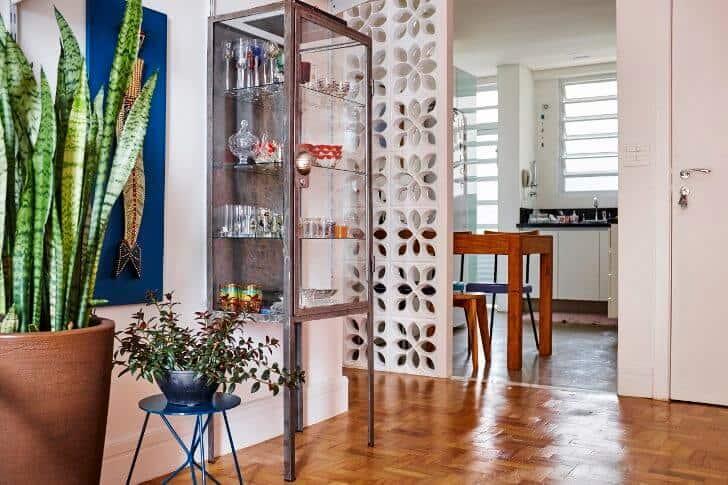Cristaleira de ferro e vidro moderna e minimalista