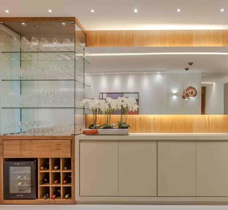 Cristaleira de vidro e madeira com adega embaixo