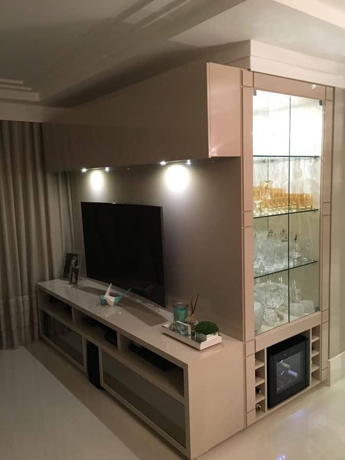 Cristaleira embutida na lateral do móvel de tv, em laca nude
