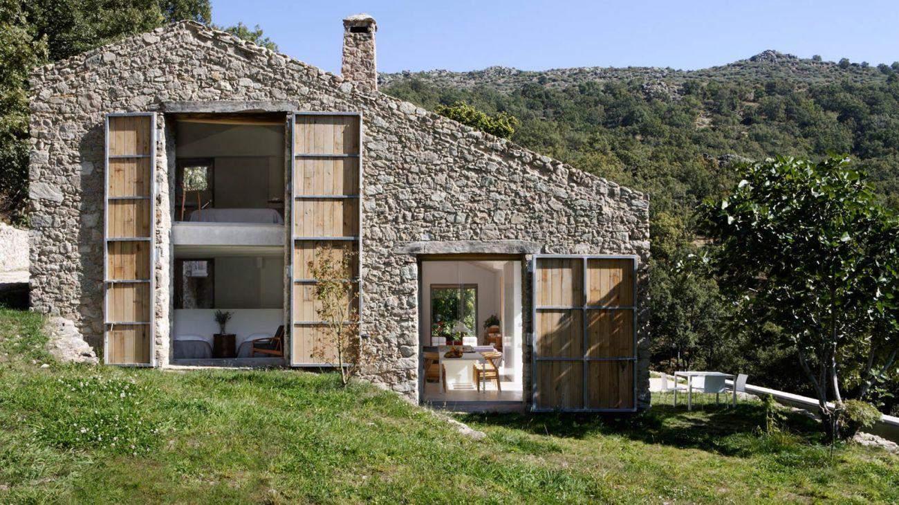 fachada de casa pequena com pedras redondas
