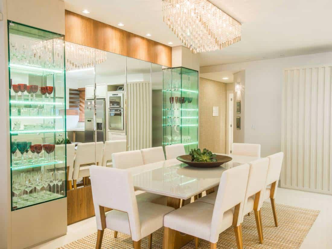 Cristaleira moderna na sala de jantar com fita de led