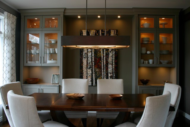 Cristaleira escura estilo americano na sala de jantar