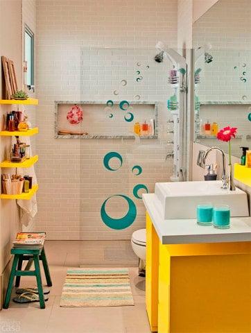 banheiro com movel amarelo divertido