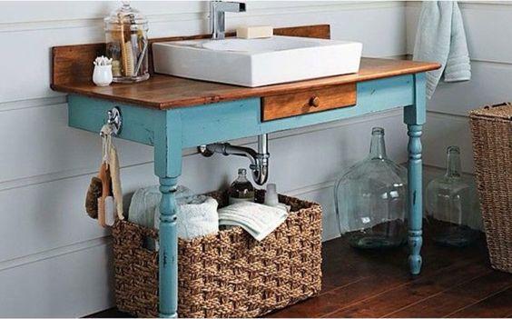 movel de banheiro madeira e azul antigo