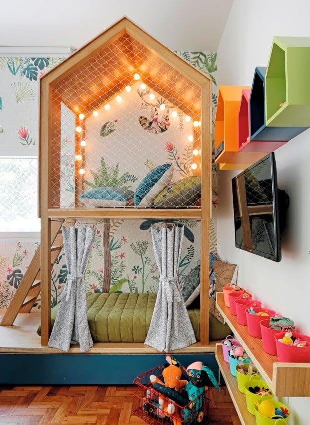 quarto colorido com tema de casa na arvore