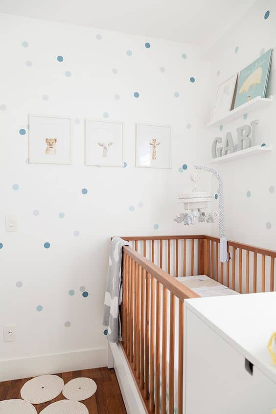 quarto de bebe menino com decoracao branca e madeira