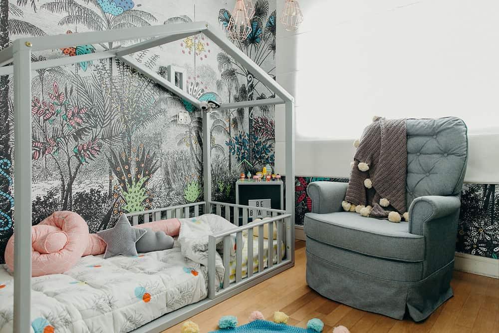 quarto infantil com tema selva em cinza