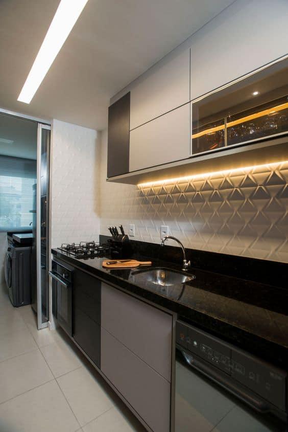 cozinha com revestimento 3d na bancada branco