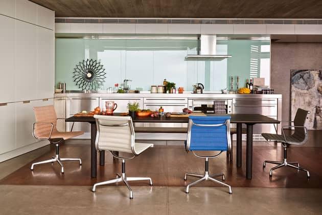 sala de jantar e cozinha com cadeiras eames de aluminio