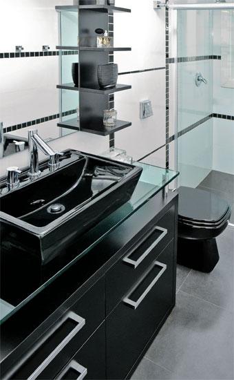banheiro pequeno com decoracao e moveis pretos
