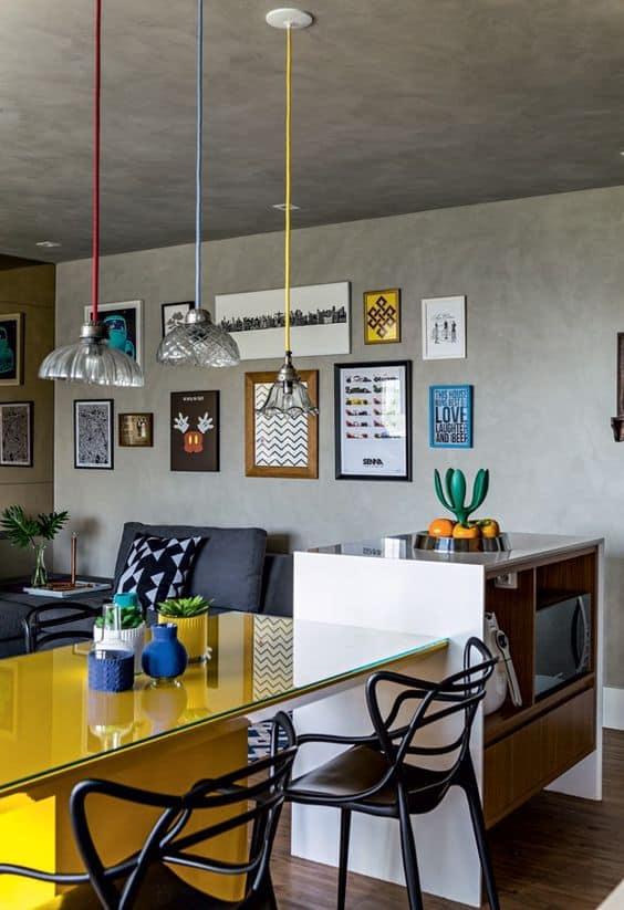 Sala moderna com quadros e posteres de frases