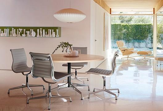 mesa redonda com cadeiras eames de aluminio