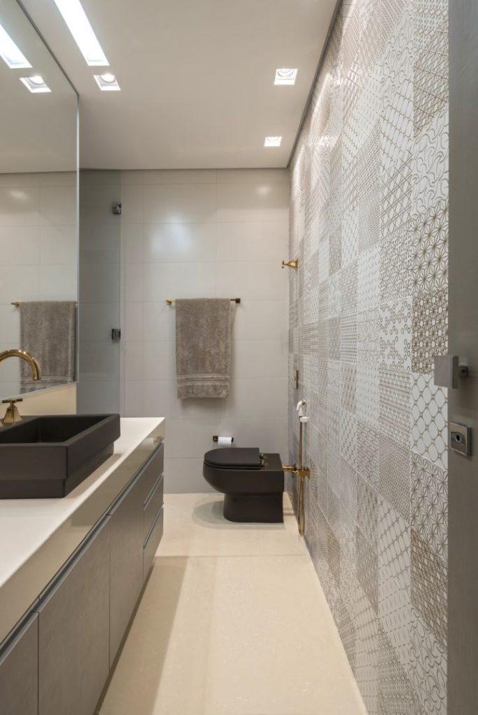 banheiro claro com vaso preto