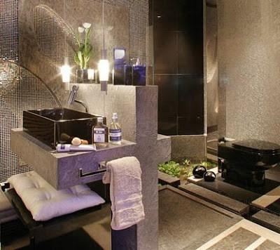 banheiro com decoracao diferente e vaso preto