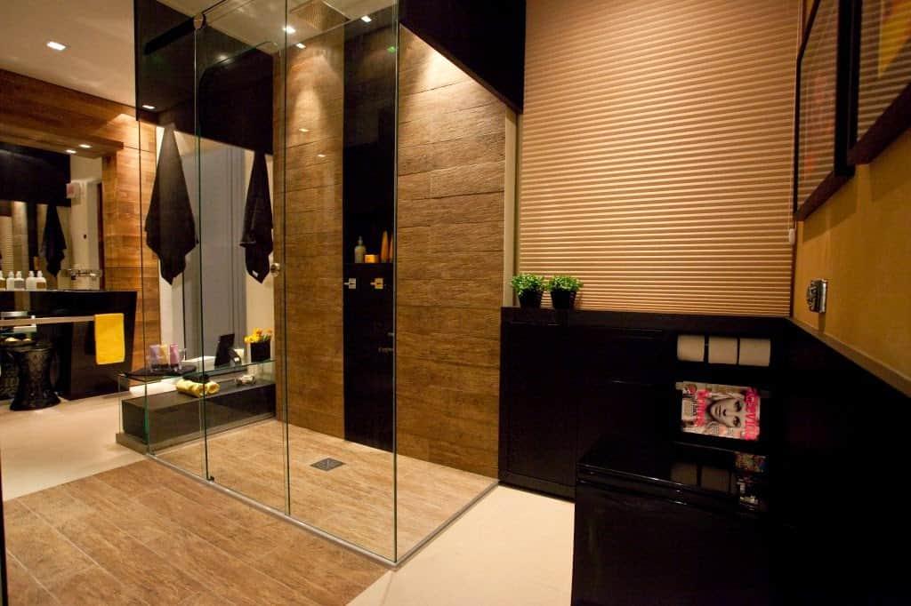 banheiro grande com decoracao e loucas pretas