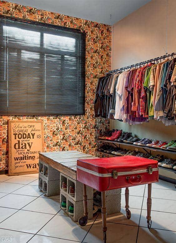 Ideia para fazer closet com prateleiras, blocos de concreto e pallets