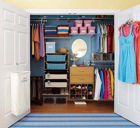 Closet colorido com aramados dentro de armário embutido