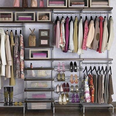 Closet com aramados e nichos