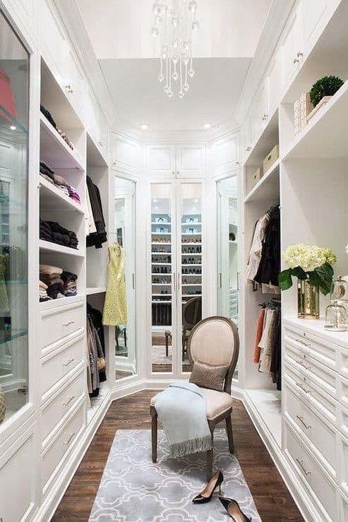 Closet branco e clássico com lustre