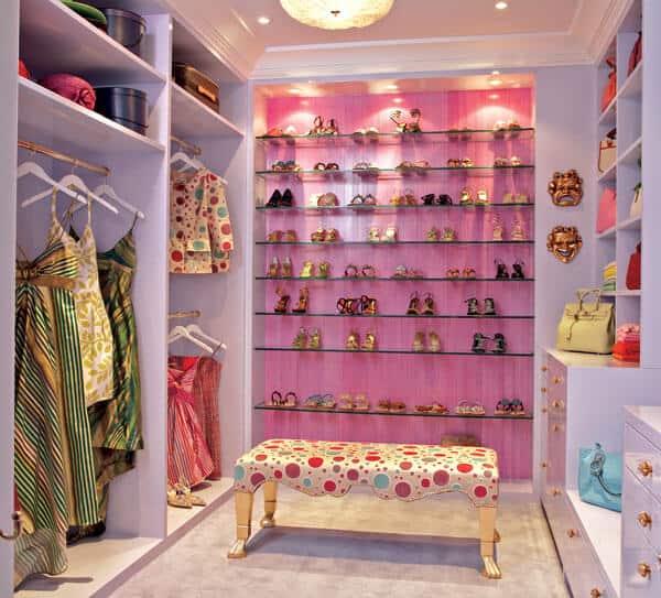 Closet feminino rosa e branco com prateleiras de vidro