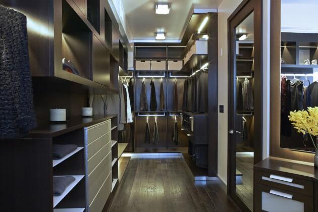 Closet contemporâneo com iluminação de fita de led