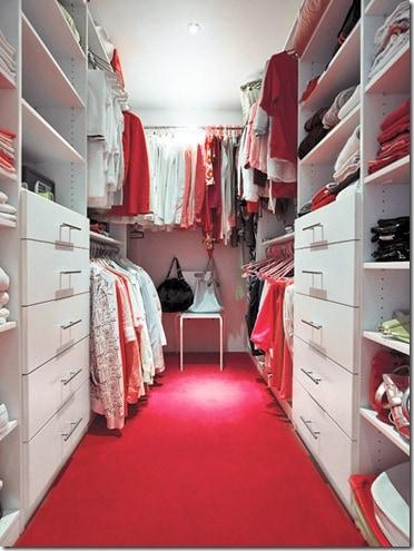 Closet pequeno com piso colorido