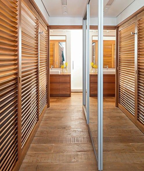Closet com portas de madeira venezianas