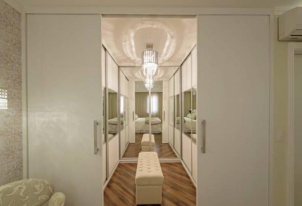 Closet com portas branco com lustre