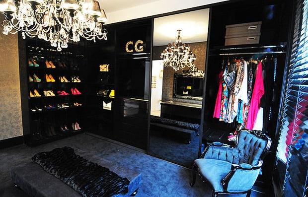 Closet preto moderno com lustre